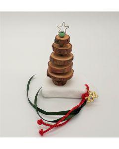 Επιτραπέζιο γούρι Χριστουγεννιάτικο δέντρο κατασκευασμένο από ροδέλες φυσικού ξύλου σε μάρμαρο Θάσου. Βάρος: περίπου 300 gr