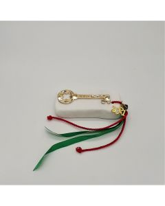 Επιτραπέζιο γούρι Χριστουγεννιάτικο με μεταλλικό επιχρυσωμένο το κλειδί σε μάρμαρο Θάσου. Διαστάσεις 6x10x3cm. Βάρος: περίπου 300 gr